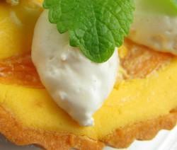 Biskuitschnitte mit Orangencreme und Mango